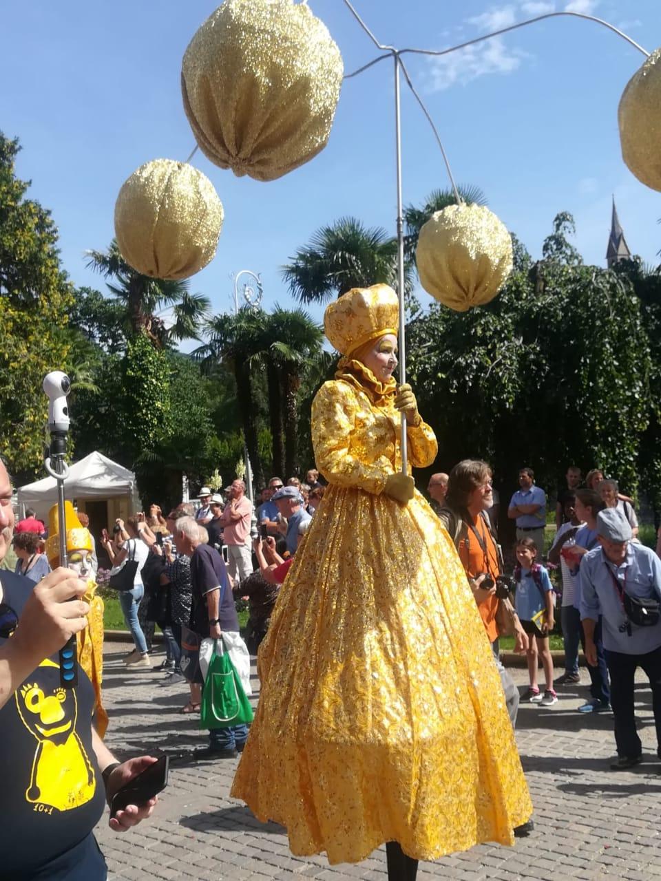Шествие уличных артистов и музыкантов 9 июня 2018 г. в Мерано.